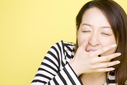 あくびをする女性
