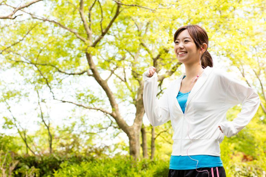 ウォーキングをする笑顔の女性