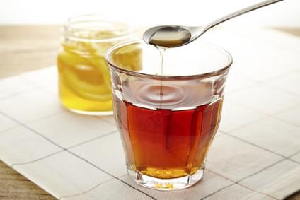 紅茶にハチミツを入れている