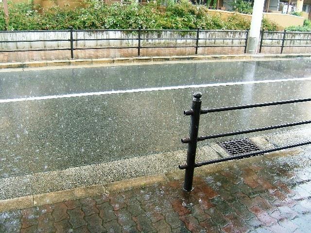 雨が降っている風景
