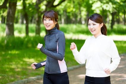 女性二人でウォーキングをしている