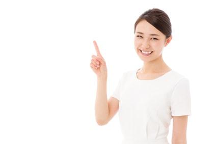 指さしする笑顔の女性