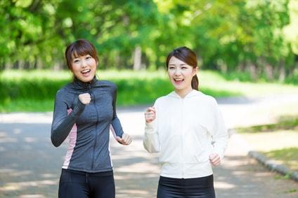 ジョギングをする女性二人