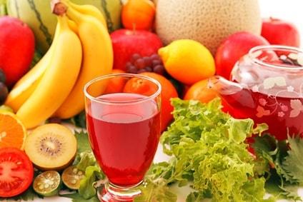 たくさんのフルーツに囲まれたグラスに入った酵素ドリンク