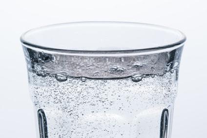 コップに入った炭酸水