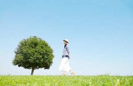 散歩をしている女性