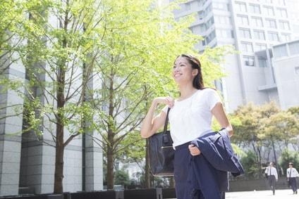 徒歩通勤する女性
