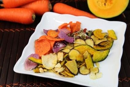 皿にのった野菜チップス