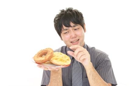 ドーナツを食べたい男性