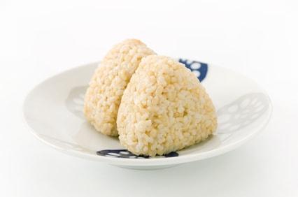 玄米のおにぎりが2つ