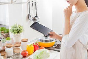 料理に悩んている女性