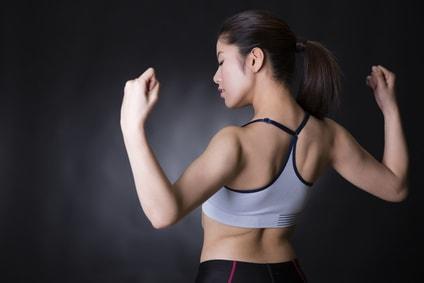 筋肉を見せる女性