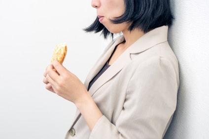パンを食べる女性