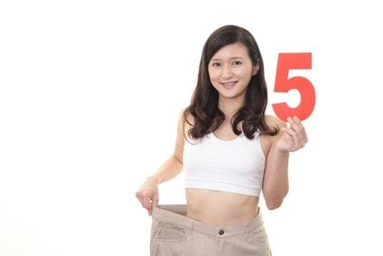 5の数字をもちダイエットに成功した女性